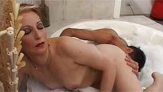 Kinky mature mom gets her pussy pumped in the tub